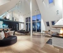 Встроенные в потолок из гипсокартона софиты для освещения жилой мансарды