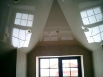 Глянцевый натяжной потолок в интерьере мансарды