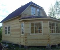 Строительство по проекту дома с мансардой под полувальмовой крышей