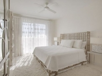 Декоративное деревянное оформление кровати в скандинавской спальне