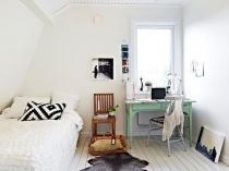 Белоснежная скандинавская спальня с простой деревянной мебелью