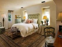 Деревянная мебель и текстиль в полоску для спальни средиземноморского стиля