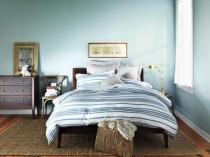 Полоска и отделка стен голубым цветом в средиземноморской спальне