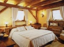 Деревянные фальш-балки на потолке спальни кантри