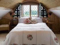 Обшивка деревянной вагонкой потолка спальни в стиле кантри