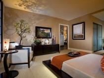 Перегородки из матового стекла и дерева в японской спальне