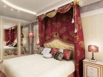 Балдахин с тяжелыми бардовыми шторами в восточной спальне