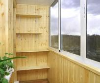 Полки - удобное решение для небольшого балкона