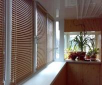 Деревянные шторы-жалюзи на балконе