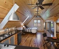 Совмещенная с кухней спальня на длинной жилой мансарде
