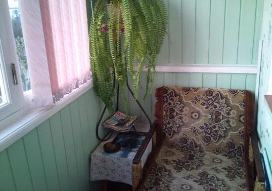 Компактное кресло кровать на балконе