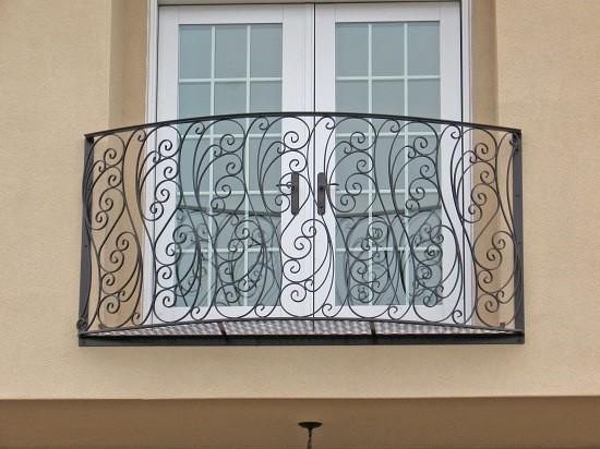 Балкон с кованым ограждение