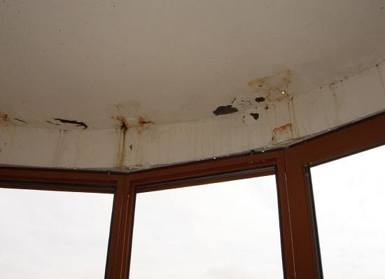 Места протекания на потолке балкона