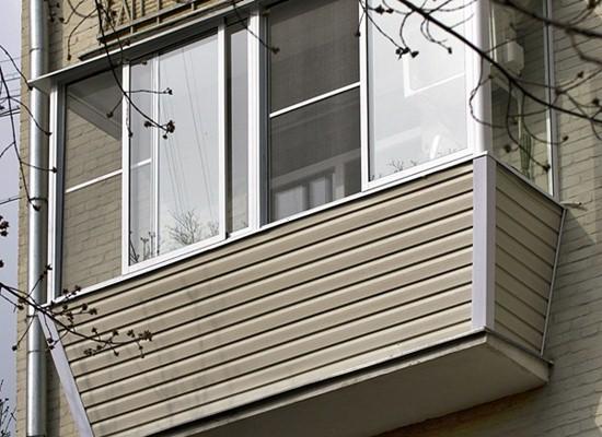 Сайдинг в наружной отделке балкона