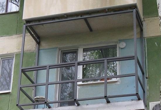 Установка парапета с выносом на балконе
