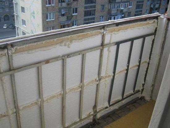 Стальной уголок в укреплении парапета балкона