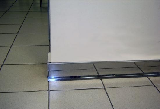 Установка алюминиевого напольного плинтуса под плитку