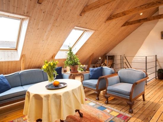 Обустройство гостиной на мансарде деревянного домеа