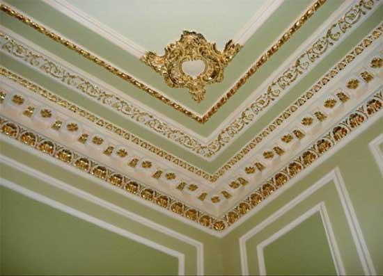 Декорирование потолка лепниной из полиуретанового плинтуса с позолотой