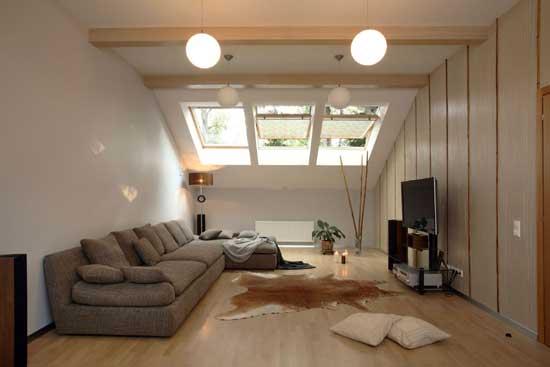 Мансардные окна с деревянными рамами в интерьере комнаты отдыха