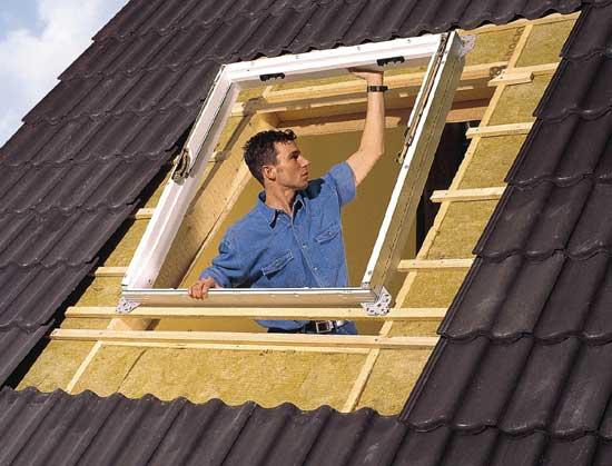 Вставка рамы мансардного окна в подготовленный проем
