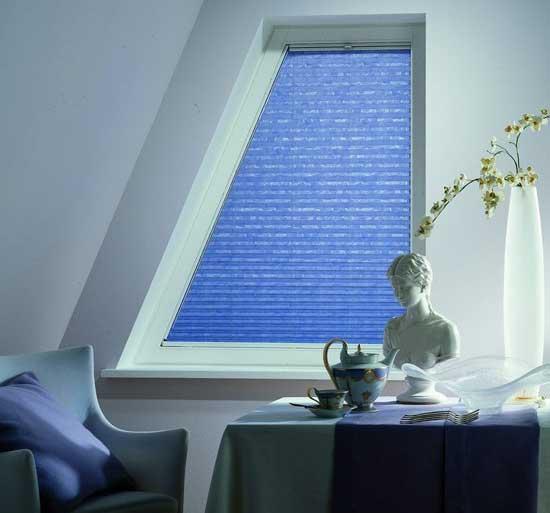 Жалюзи-плиссе для оформления окна нестандартной формы на мансарде
