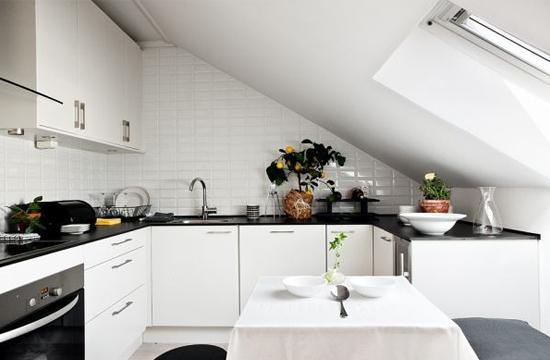 Кухня со встроенной техникой на жилой мансарде