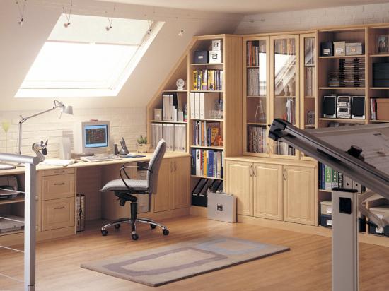 Встроенная мебельная стенка в кабинете на жилой мансарде