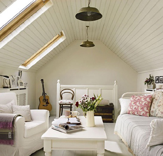 Выбор белого цвета для обустройства жилой комнаты на небольшой мансарде