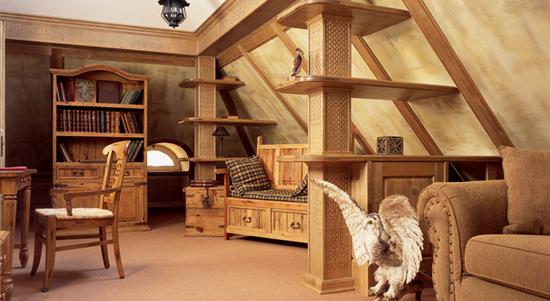 Деревянная мебель в обустройстве кабинета на жилой мансарде