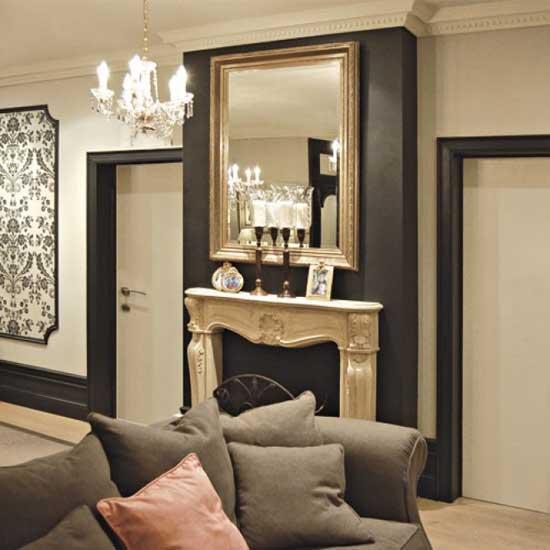 Отделка гостиной полиуретановым плинтусом контрастных оттенков светлого и темного цвета
