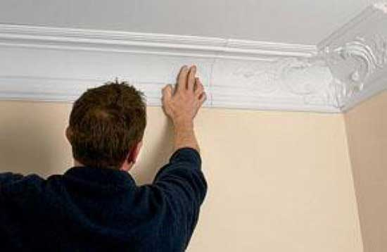 Установка полиуретанового плинтуса на потолок