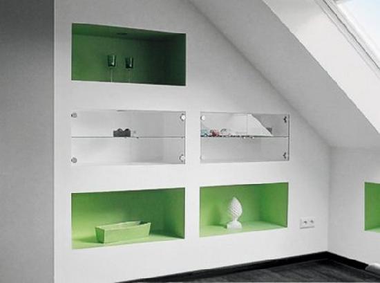 Обустройство комнаты на мансарде нишами для хранения мелочей