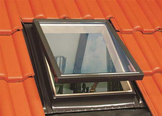 Мансардное окно на крыше с покрытием из металлочерепицы