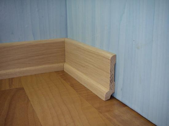 Эффектный высокий деревянный плинтус для пола