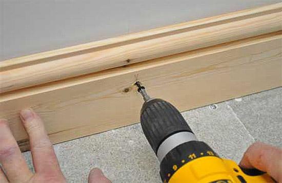 Монтаж плинтуса из дерева при помощи саморезов