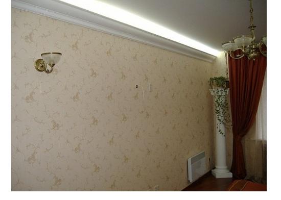 Установка потолочного плинтуса с подсветкой светодиодной лентой