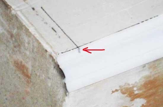 Разметка полиуретанового плинтуса для установки на потолок