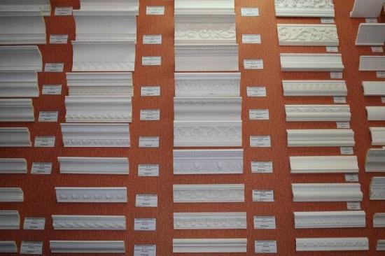 Виды плинтусов разных форм и размеров для установки на потолок