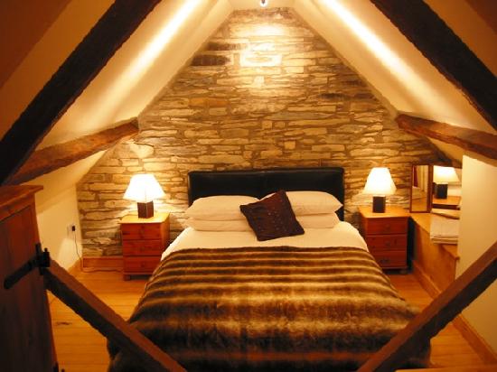 Обустройство небольшой мансардной спальни в стиле альпийского шале