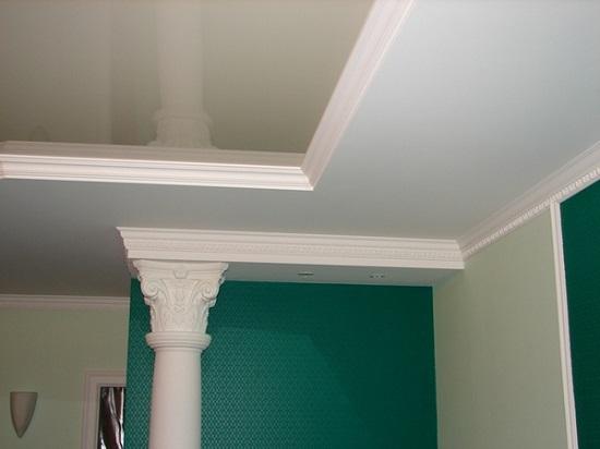 Классический интерьер комнаты с потолочным плинусом и фризами