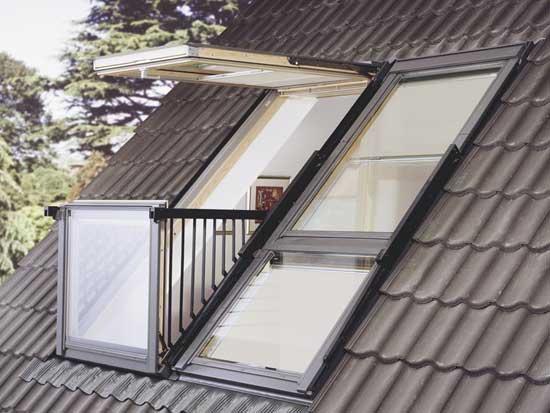Балконное окно с откидным механизмом открывания на мансарде