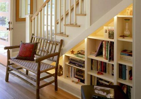 Устройство библиотеки под лестницей на мансардный этаж