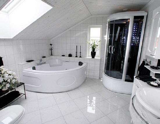 Дизайн ванной в черно-белых тонах на мансардном этаже