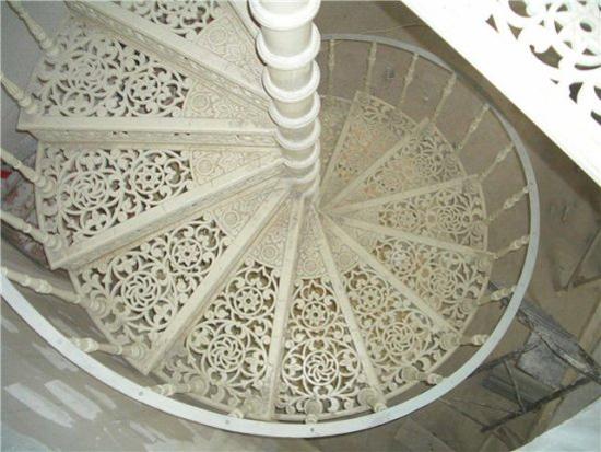 Винтовая ажурная лестница на мансардный этаж