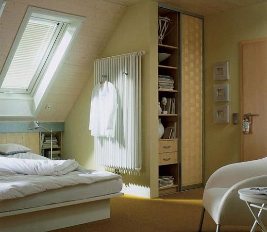 Встроенный шкаф и прикроватная тумбочка в меблировке спальни на мансаде
