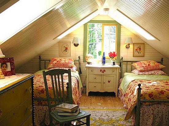 Оформление мансардной спальни с низким потолком в стиле кантри