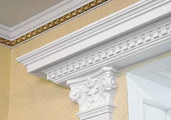 Гипсовый потолочный плинтус в классическом интерьере комнаты