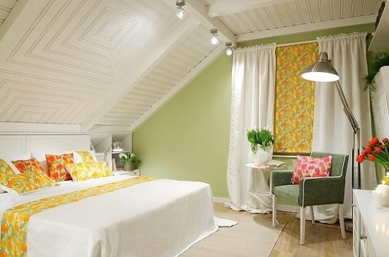 Декорирование потолка и стены мансардной спальни пластиковыми панелями