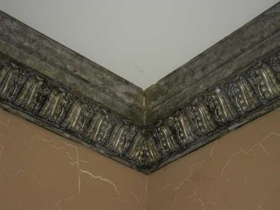 Полиуретановый плинтус под старину в декорировании потолка